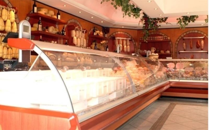 Esposizione di prodotti caseari all'interno di un banco formaggi