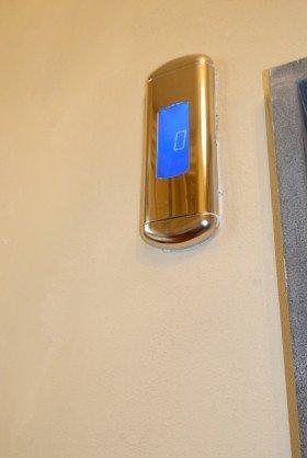 uno schermo ce indica piano dell ascensore