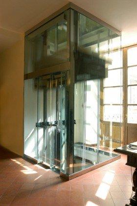 un ascensore con una struttura di vetro