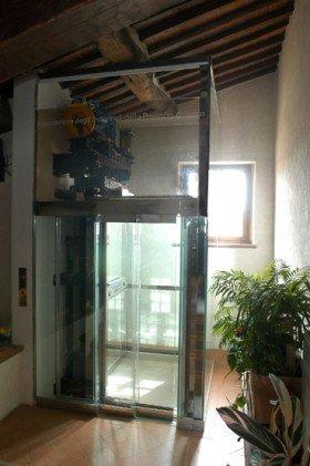 vista del motore di un ascensore con una struttura di vetro