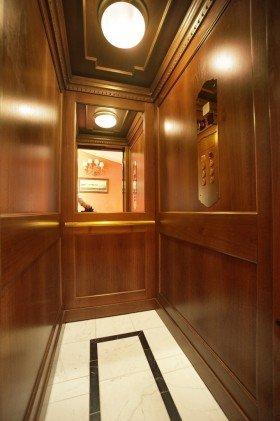 interno di un ascensore con rivestimento in legno