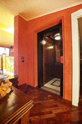 ingresso di un ascensore e un pavimento in parquet davanti