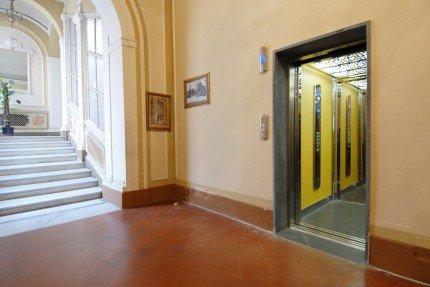 ingresso di un ascensore e delle scale sulla sinistra