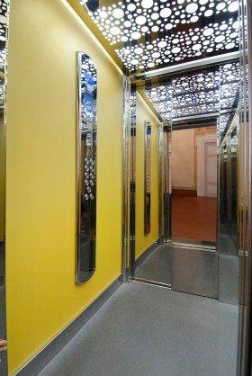 interno di un ascensore con uno specchio