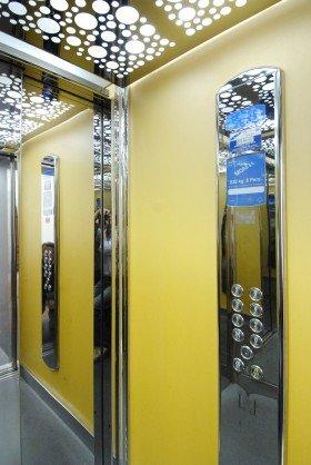un pannello in acciaio con dei tasti all'interno di un ascensore