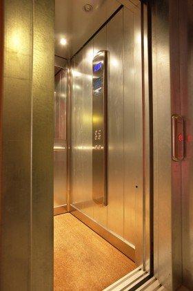 ingresso di un ascensore con rivestimento in acciaio inox