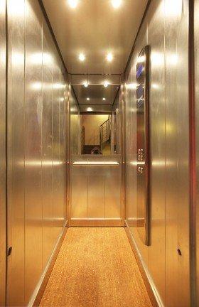 interno di un ascensore stretta