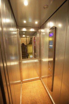 interno di un ascensore con pavimento in legno