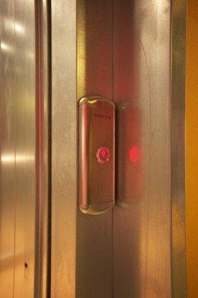 un tasto rosso con simbolo di accensione