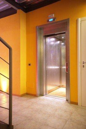 vista dei muri di color giallo e l'entrata di un ascensore