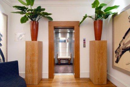un ascensore con le porte aperte