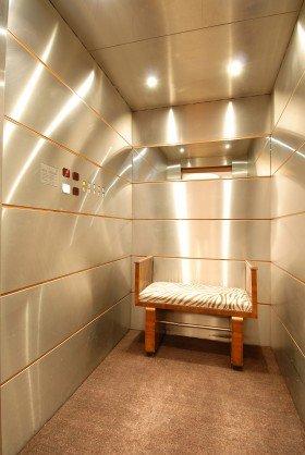 una panchina all'interno di un ascensore