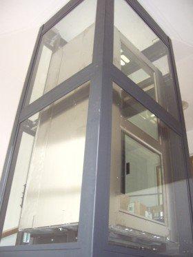 una struttura in metallo e vetro