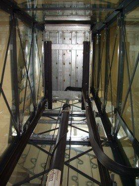 una struttura portante di un ascensore  rivestita di vetro e rete