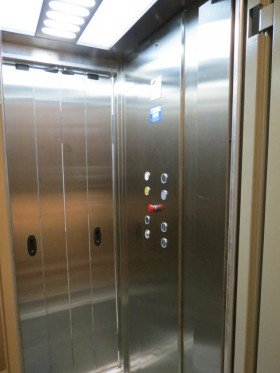 interno di un ascensore con delle luci accese