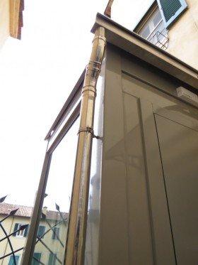 Porta di ascensore marrone