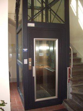 una struttura di un ascensore in metallo di color nero