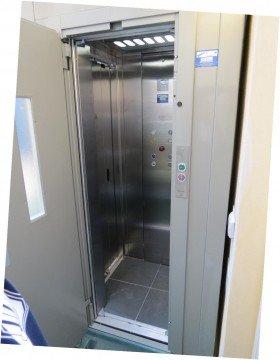 un ascensore con la porta aperta