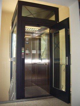 un ascensore con una porta di vetro