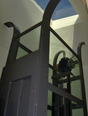 un ascensore con la porta di metallo