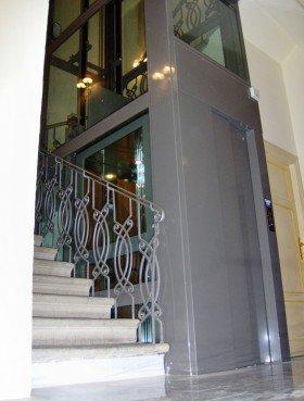 un ascensore con la struttura in acciaio inox lucido