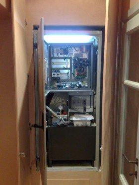 interno di un ascensore rivestimento in legno di color bianco