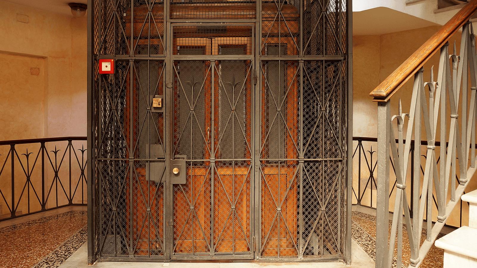 un ascensore antico