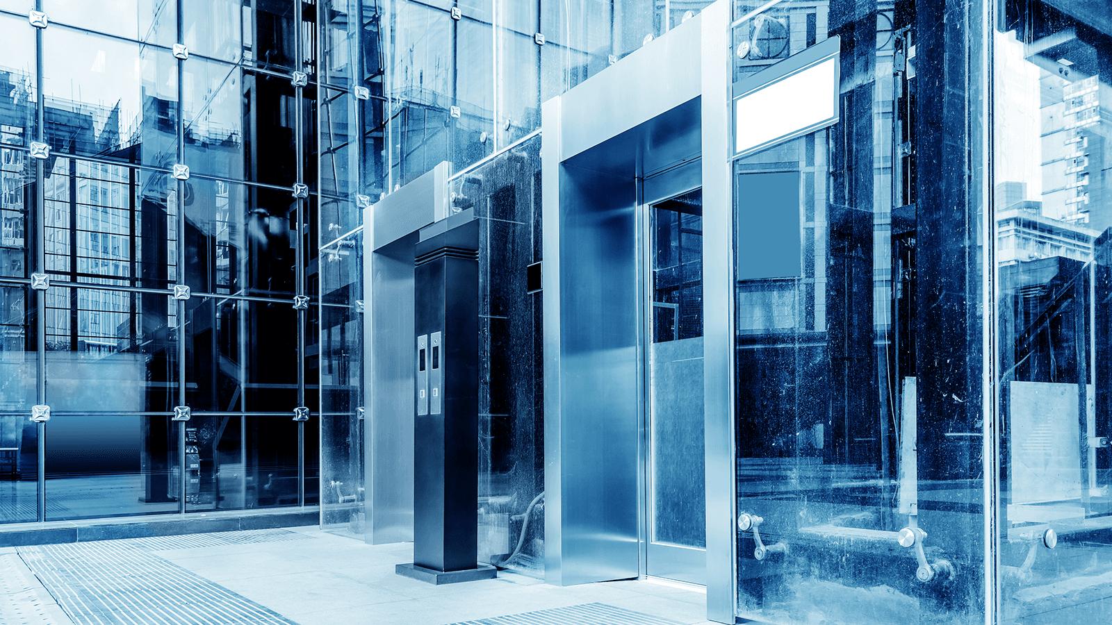 un ascensore in un palazzo attorniato da vetrate