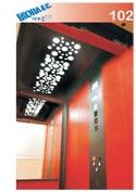 vista all'interno di un ascensore con i rivestimenti di color nero e rosso