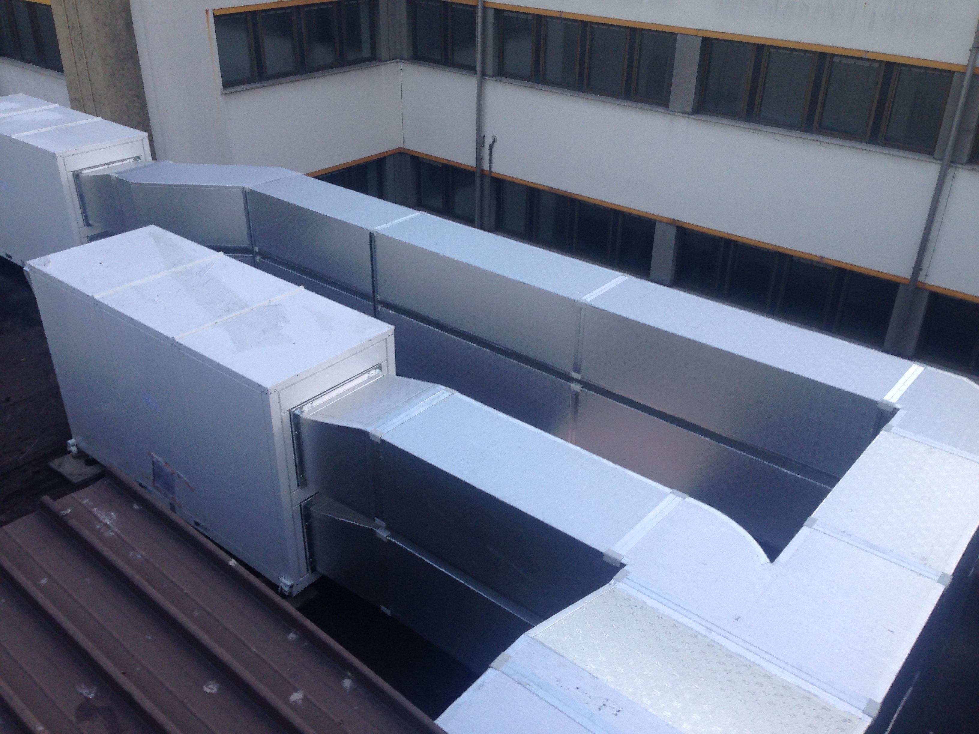 un motore e un condotto di un impianto su un tetto