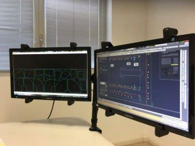 due monitor accesi