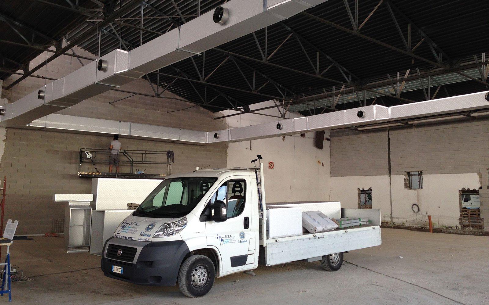 un camioncino da lavoro in un capannone