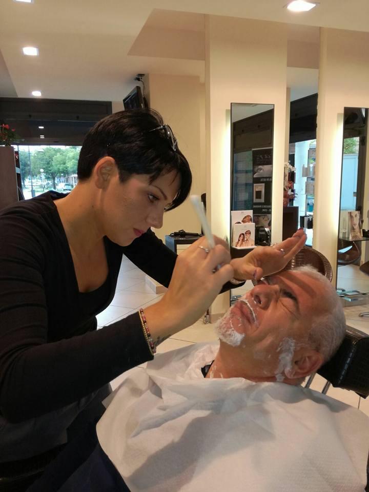vista ravvicinata di una parrucchiera che sta per sfoltire le sopracciglia a un uomo con i capelli bianchi