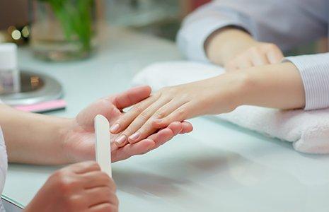 due mani, una tesa e l'altra la coglie con in mano un attrezzatura per il trattamento