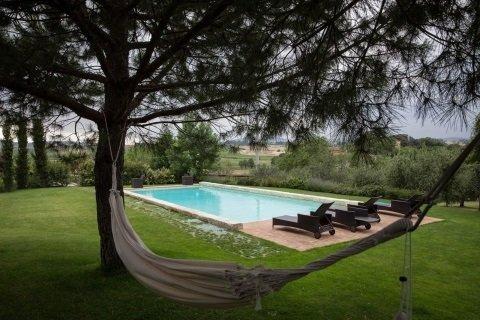 lista di un'amaca e una piscina in un giardino