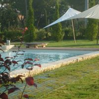 buona piscina e degli ombrelloni bianchi