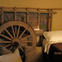 una ruota di legno e accanto un letto