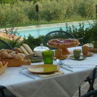 un tavolo apparecchiato con del cibo
