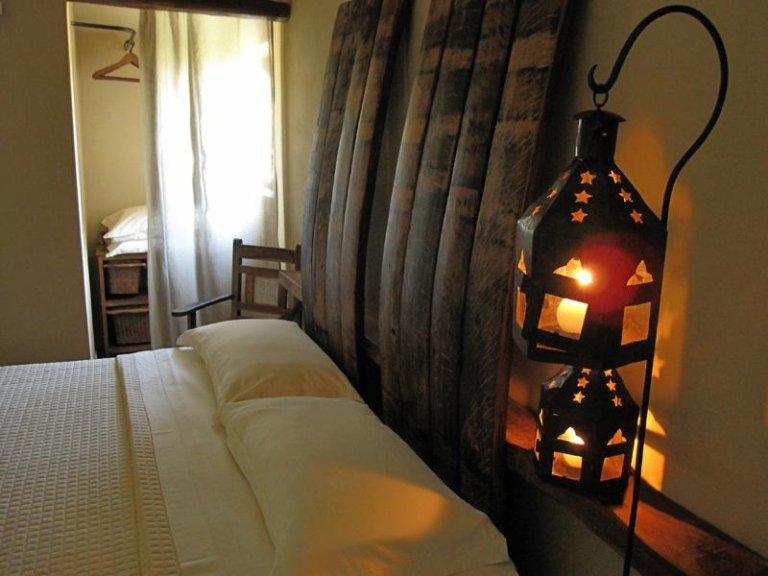 una lampada accanto a un letto