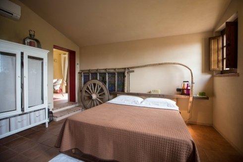 una stanza con letto matrimoniale