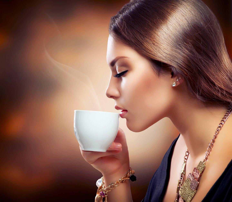 donna che sorseggia con gusto un caffe espresso
