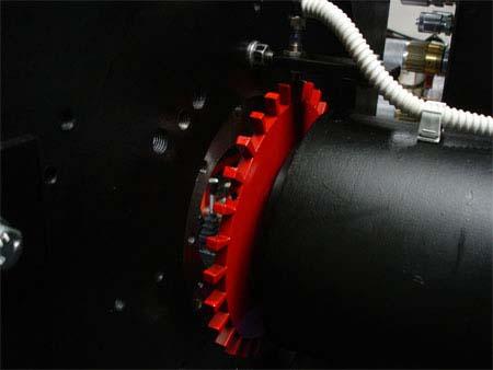 un tubo nero e un disco rosso dentato