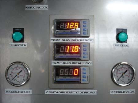 degli LCD per la temperatura dell'olio idraulico e dei manometri