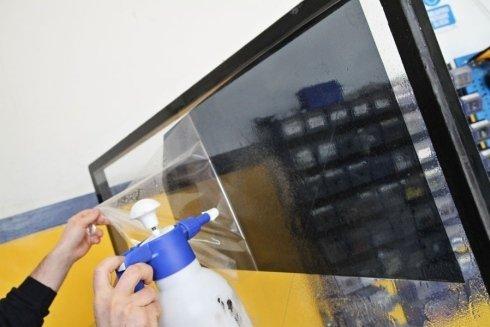 rimozione pellicola protettiva vetropoli