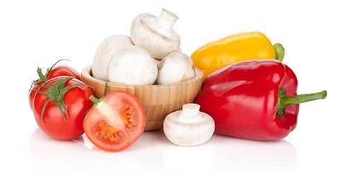 Ingredienti della pizza: pomodoro, funghi e peperoni