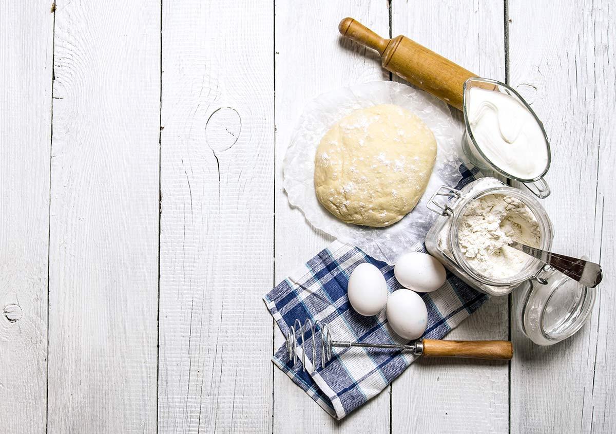 Ingredienti e strumenti usati per preparare la pizza