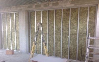 Stucchi, malta adesiva su una parete