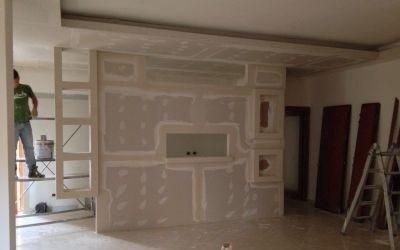 vista frontale di una parete in cartongesso dentro un appartamento in ristrutturazione