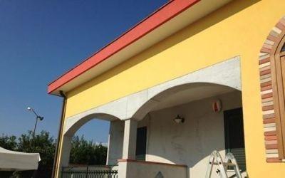portici di un edificio con pareti gialle