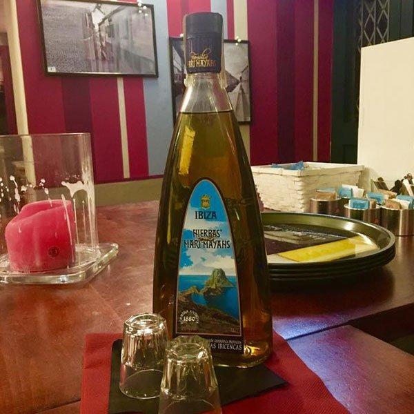 una bottiglia con scritto Ibiza